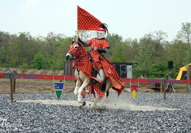 Das Bild zeigt einen berittenen Ritter in der Kampfarena während eines Turniers im Themenpark Weltentor.