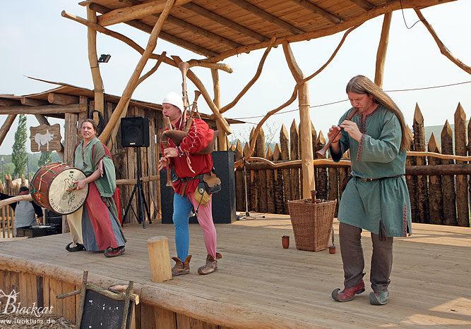 Das Bild zeigt eine Truppe phantastischer Musiker auf der Bühne im Themenpark Weltentor.