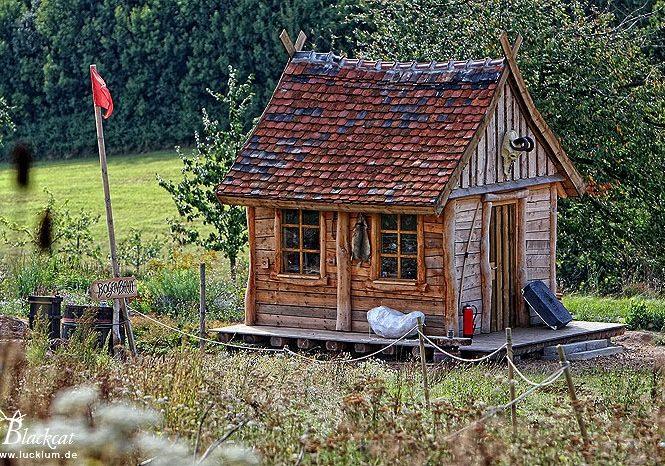 Das Bild zeigt eine Jagdhütte im Themenpark Weltentor.