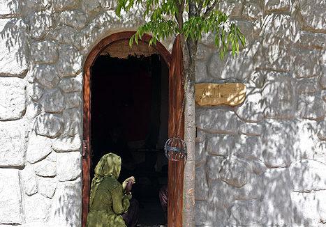 Das Bild zeigt den Hintereingang eines der Häuser im Themenpark Weltentor.