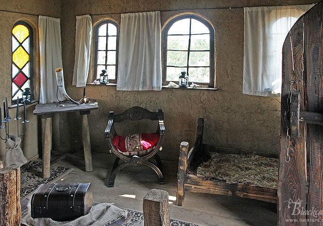 Das Bild zeigt die Inneneinrichtung eines der Häuser im Themenpark Weltentor.