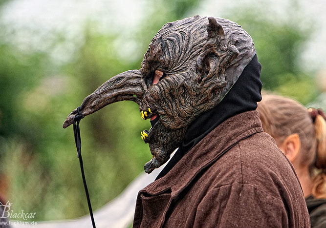 Das Bild zeigt einen als Goblin maskierten Spieler im Themenpark Weltentor