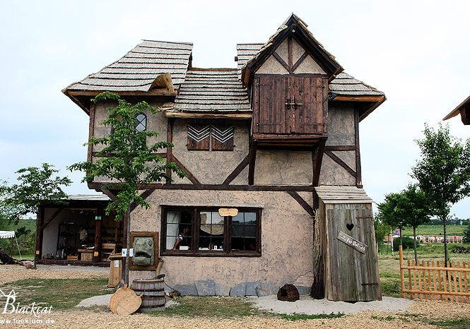Das Bild zeigt das allererste Haus im Themenpark Weltentor