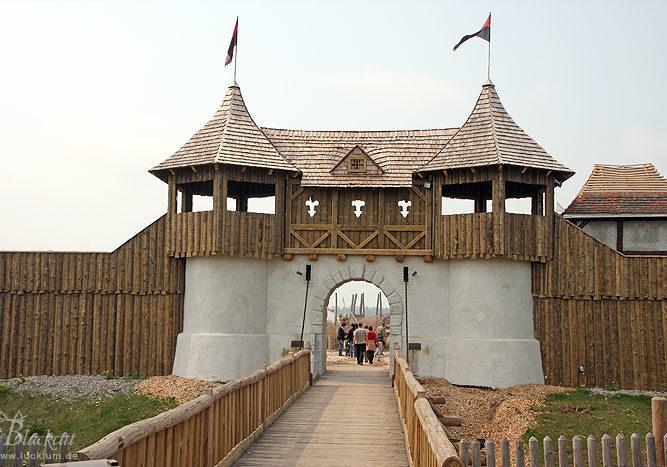 Das Bild zeigt die Wehranlage und die Zugbrücke im Themenpark Weltentor von außen